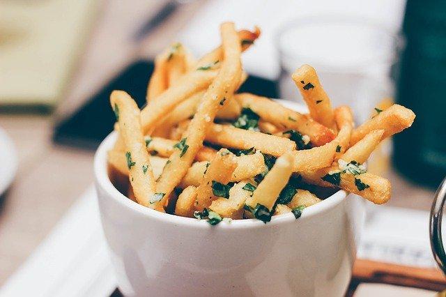 Come fare le patatine fritte croccanti e ben dorate a casa come al pub
