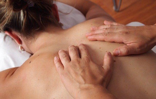 Curare la cervicale fisioterapista oppure osteopata, quale scegliere