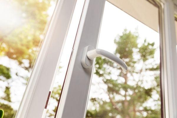 Come regolare una porta finestra in PVC